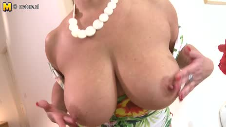 curvy mom shows perfect tits
